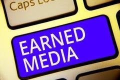 Begreppsmässig tjänat massmedia för handhandstil visning Affärsfoto som ställer ut publicitet som vinns till och med befordrings- royaltyfria foton