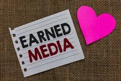 Begreppsmässig tjänat massmedia för handhandstil visning Publicitet för affärsfototext som vinns till och med befordrings- försök royaltyfri bild