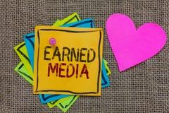 Begreppsmässig tjänat massmedia för handhandstil visning Publicitet för affärsfototext som vinns till och med befordrings- försök arkivfoto