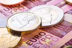 begreppsmässig valutaeuro för sedlar femtio fem tio Myntar och sedlar kontant pengarbakgrund Royaltyfri Foto