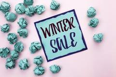 Begreppsmässig vinter Sale för handhandstilvisning Erbjudandet för befordran för affärsfototext shoppar rabattsäsongerbjudanden a royaltyfria foton