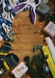 Begreppsmässig vinterbild Hemtrevlig julram med gåvor, Xmas-garneringar, tumvanten, godis på träbakgrund kopiera avstånd ställe Royaltyfri Foto