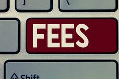 Begreppsmässiga avgifter för handhandstilvisning Affärsfotoet som ställer ut betalning som gjordes till en person för jobbpengar, arkivbilder
