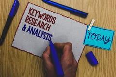 Begreppsmässiga nyckelord för handhandstilvisning forskar och analys Sökandet för affärsfototext för data och skapar H för tabell royaltyfri bild