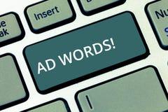 Begreppsmässiga ord för annons för handhandstilvisning Affärsfototext som över annonserar en affär först av internetsökandet royaltyfria foton