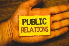 Begreppsmässiga PR för handhandstilvisning Affärsfoto som ställer ut publicitet Socia för information om folk för kommunikationsm royaltyfri bild