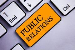Begreppsmässiga PR för handhandstilvisning Text för samkväm för publicitet för information om folk för massmedia för kommunikatio royaltyfri bild