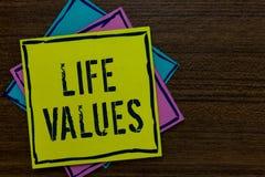 Begreppsmässiga värden för liv för handhandstilvisning Saker för affärsfototext, som du tror, är viktig i vägen som du skyler öve royaltyfri illustrationer