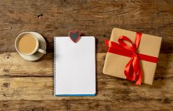 Begreppsmässiga valentin avbildar av anmärkningsboken med utrymme för text, formade hjärta choklader och kaffe fotografering för bildbyråer