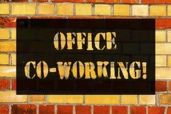 Begreppsmässigt arbeta för kontor Co för handhandstilvisning Affärsfoto som ställer ut affärsservice som ger delade utrymmen för  arkivfoton