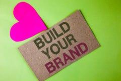 Begreppsmässigt byggande för handhandstilvisning ditt märke Affärsfototext skapar din egen logosloganmodell som annonserar e-mark fotografering för bildbyråer