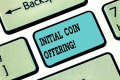 Begreppsmässigt erbjuda för mynt för initial för handhandstilvisning Affärsfototext är en typ av att använda för folkmassafinansi royaltyfria bilder