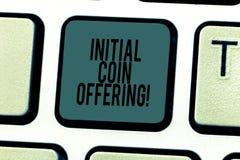 Begreppsmässigt erbjuda för mynt för initial för handhandstilvisning Affärsfototext är en typ av att använda för folkmassafinansi royaltyfri foto