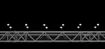 Begreppsmässigt foto av bron med lampor i mörk bakgrund Royaltyfri Bild