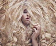 Begreppsmässigt foto av kvinnor med den frodiga peruken royaltyfri foto