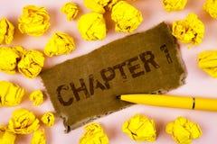 Begreppsmässigt kapitel 1 för handhandstilvisning Start för affärsfototext något som är ny, eller danande de stora ändringarna i  royaltyfria bilder