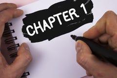 Begreppsmässigt kapitel 1 för handhandstilvisning Start för affärsfototext något som är ny, eller danande de stora ändringarna i  arkivbilder