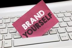 Begreppsmässigt märke för handhandstilvisning själv Att ställa ut för affärsfoto framkallar en personlig produkt för unik yrkesmä royaltyfria foton