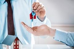 Begreppsmässigt medel Giving House Key till en köpare royaltyfria foton