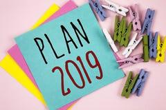 Begreppsmässigt plan 2019 för handhandstilvisning Affärsfoto som ställer ut utmanande idémål för att motivation för nytt år ska s royaltyfri bild