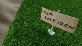 Begreppsmässigt slut upp beståndsdeldesignen för egenskapen, tillgång som annonserar, för hyra eller Sale, gräsland med träplanka royaltyfri bild