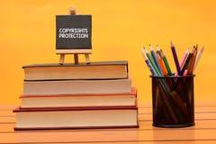 Begreppsmässigt tema för Copyright skydd på träbakgrund fotografering för bildbyråer