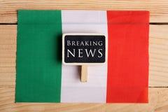 begreppsnyheterna matar - breaking news, Italien country& x27; s-flagga och textbreaking news royaltyfri fotografi