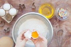 Begreppspåsk som lagar mat med din familj i köket, hem- fritid royaltyfri fotografi