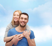 begreppspar som kramar att le för förälskelse Royaltyfri Foto