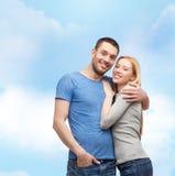 begreppspar som kramar att le för förälskelse Royaltyfri Fotografi