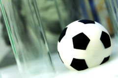 Begreppspengar och sportar, medicin och fotboll, korruption och dopa Fotbollboll med medicinska provrör mot bakgrunden Arkivfoton