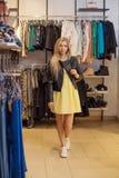 Begreppsshopping Ståenden av skönhet som ler kvinnan shoppar in inomhus Royaltyfri Foto