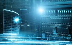 Begreppssikt av stor datateknologi med serveror mot skyskrapa i stad Royaltyfria Bilder