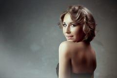Begreppsskönhetstående Brunettmodell Ungdom- och ståendekvinna för hud Care arkivfoto