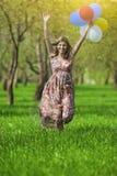 begreppssoffa som tycker om den moderna nätt vita kvinnan för livsstil Ung Caucasian blond kvinnlig med gruppen av luftballonger Royaltyfria Bilder