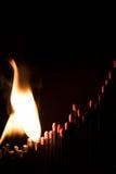 Begreppsstart av en brinnande affärsjämvikt, matchsticks och gran Arkivfoton