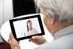 BegreppsTelemedicine och avståndsbehandling, äldre kvinna och t royaltyfria bilder