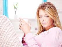 Begriffene Frau zu Hause, die Tasse Tee anhält Stockfotos