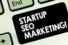 Begriffs- Handschrift, die Start-Seo Marketing zeigt Geschäftsfototext Attract qualifizierte Führungen während Ihre Arbeit stockfotos