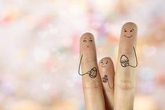 Begriffs-Ostern-Fingerkunst Familie halten gemalte Eier Auf lagerbild Stockfotos