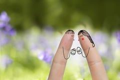 Begriffs-Ostern-Fingerkunst Paare halten gemalte Eier Auf lagerbild Lizenzfreie Stockfotografie
