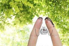 Begriffs-Ostern-Fingerkunst Paare halten Korb mit gemalten Eiern Auf lagerbild Stockfoto