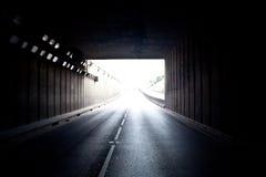 Begriffsbild der Leuchte außerhalb des Tunnels Lizenzfreie Stockbilder