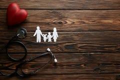 Begriffsbild der Papierkette in der Form der Familie Gesundheit insuarance Zusätze stockfotografie