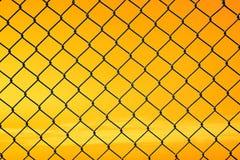 Begriffsbild des Dämmerungshimmels mit Effekt des hellen Pastelltones und des Stahlmaschendrahtzauns stockbilder