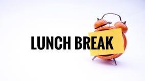 Begriffsbild des Geschäfts-Konzeptes mit Wörter Mittagspause auf einer Uhr mit einem weißen Hintergrund Selektiver Fokus Stockbild