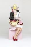 Begriffsbild einer Frau, die viel von Handtaschen hält lizenzfreie stockfotografie