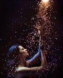 Begriffsbild einer Frau unter Stücken des Kristalles stockbilder
