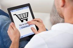 Begriffsbild eines Mannes, der einen on-line-Kauf abschließt Lizenzfreie Stockfotos