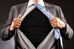 Begriffsbild eines Mannes, der weg von seinem Hemd zerreißt Stockbild